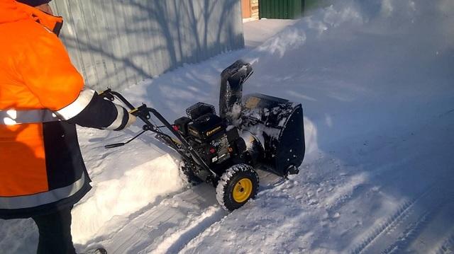 Бензиновый снегоуборщик Champion ST556